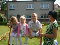 Nikola So�tysi�ska oraz Martusia i Natanek Faryno z mam�.